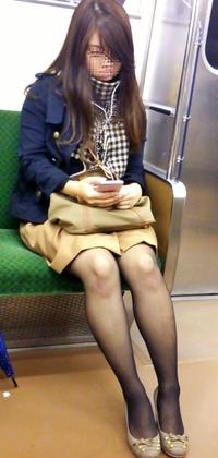 【電車内対面盗撮】エロい脚が透けて見える黒ストッキングにムラムラ!電車で勃起しちゃダメよwwwwww