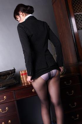 秘書のミニスカひん剥いて黒パンストパンチラさせ立ちんぼさせたまま視姦する贅沢