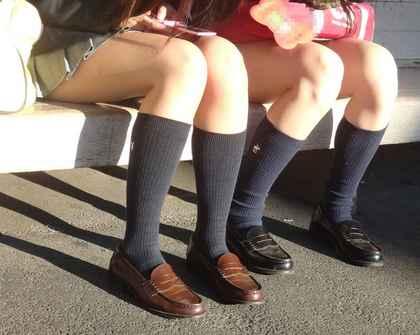 【盗撮画像】スカートが短くてパンチラしそうな服女子校生のむっちり太ももを街撮りしたエロ画像www