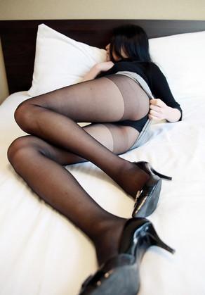 黒パンスト美脚お姉さんのホテルベッド寝転びミニスカちらり見せパンチラ