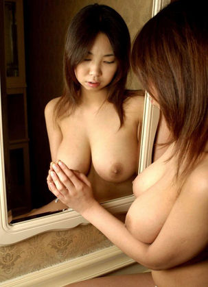 女は鏡の中の自分に酔い、男の腕の中でも自分に酔う