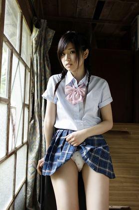 三つ編みおさげスレンダー夏服JK娘のミニスカたくし上げ純白美パンチラ