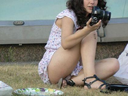 公園で読書やランチしてる女性のパンツを盗撮 | チラリ荘