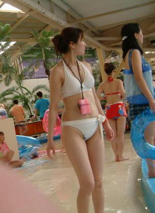 【素人盗撮】ビーチでプールでエロいビキニギャル!子連れのヤンママ!陰毛ハミ毛に半ケツプリプリwwww