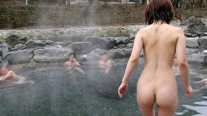 混浴に挑戦した素人女性の雄姿を見て欲しい露出エロ画像