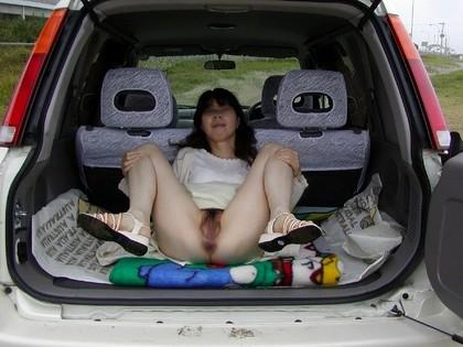 【素人☆野外露出】車の中で全裸開脚露出!フェラしてカーセックス♪ - 野外露出画像