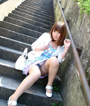 猫顔お姉さんが甘えたポーズで階段しゃがみパンチラ見せつけちゃってる