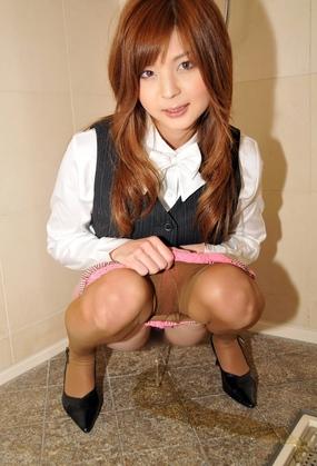 女の子の放尿・おしっこ画像  OLのおしっこ