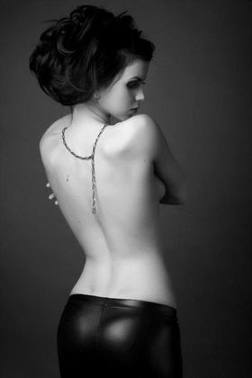 【外人】巨乳おっぱいを隠して美し背中を晒す美女のポルノ画像