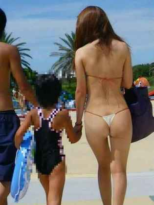 水着姿・この若い人妻のビキニは水着というより下着だ!ヒモパンだ!