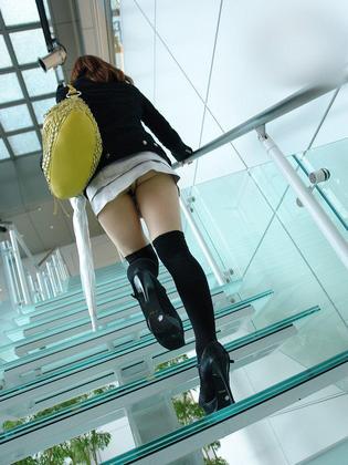 パンティーがちらりと!後ろからこっそりスカートの中を隠し撮り…!? エロてん国