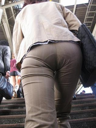 【OL画像】パンツスーツで食い込んだお尻やパンティラインを盗撮されたOLエロすぎ勃起したwww
