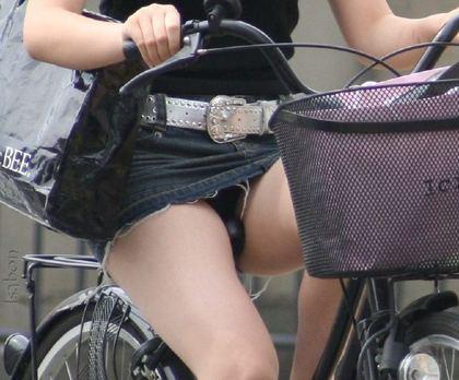 ミニスカートで自転車に乗るという暴挙にでるギャルがエロいwwww   チラリ荘