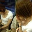 電車の座席に一度座っちゃうと女の人って上からの胸チラとか意識いかないんだろうな^^女神の悪戯