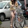 【画像】自転車でパンチラしてる素人の街撮り画像 - 桃色エロ画像