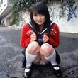 制服の女子高生の座りパンチラ画像  野外でパンチラ撮影