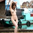 美人が裸で野外で何を